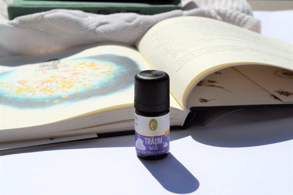 Směs Sladké Sny od Primavery, můžete bezpečně použít v lampě a aromadifuzéru i v dětském pokoji. Uklidňující kompozice éterických olejů je určena pro děti od  roku věku. Používá se 1-2 kapky.